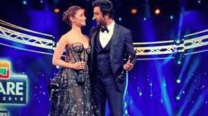 Alia Bhatt declares love for Ranbir Kapoor at awards show and his reaction  is priceless. Watch video - Movies News